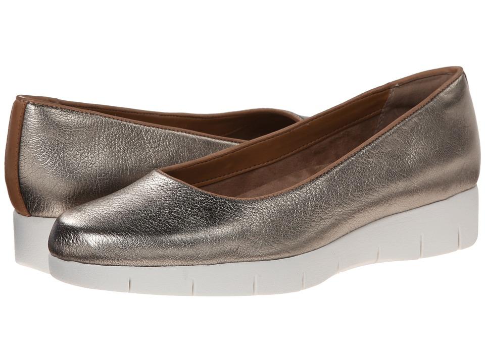 Clarks - Daelyn Towne (Metallic Leather) Women's Flat Shoes