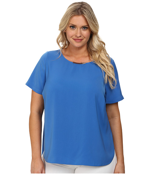 DKNYC - Plus Size Tech Crepe Hi-Low Short Sleeve Top w/ Metal Neck Trim (Vibrant Blue) Women's Short Sleeve Pullover