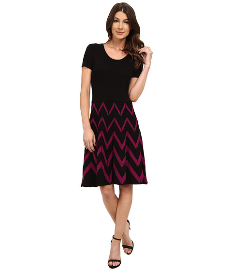 Sangria - Short Sleeve Chevron Stripe Fit and Flare Sweater (Black/Magenta) Women's Sweater