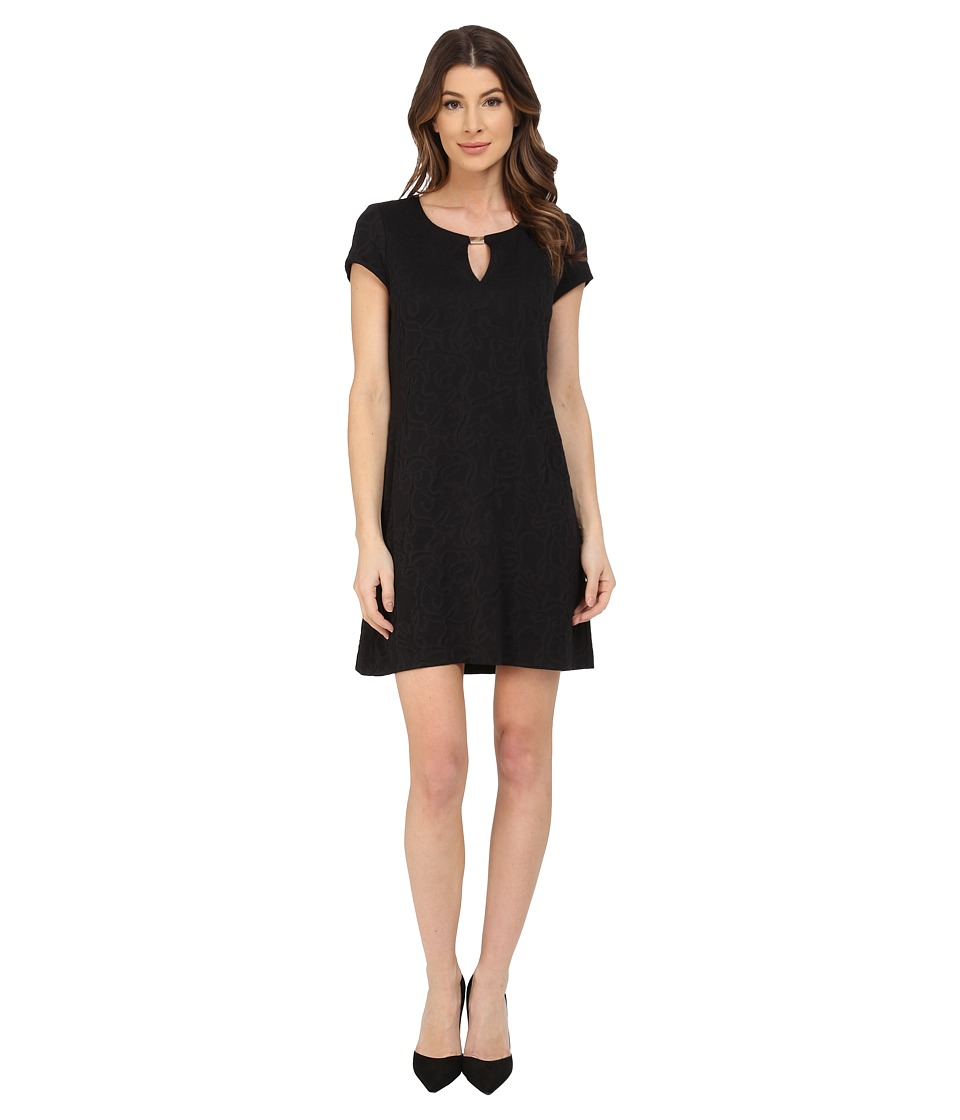 Jessica Simpson - Short Sleeve Shift Dress with Metal Neck Detail (Black) Women's Dress